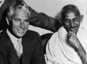Charles Chaplin mit Mahatma Gandhi